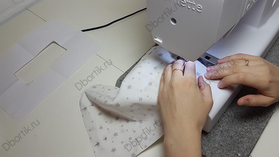 Швейная машинка на которой стачивают (отшивают) текстильную деталь (ткань) для будущей подушки на руку.
