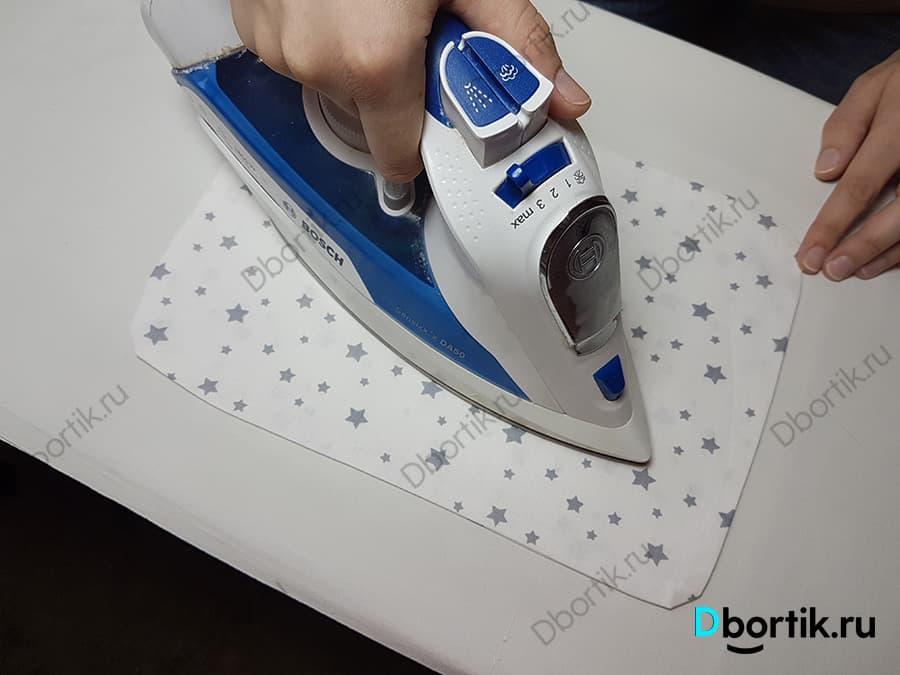 На гладильной доске, с помощью утюга, осуществляется глажка подушки