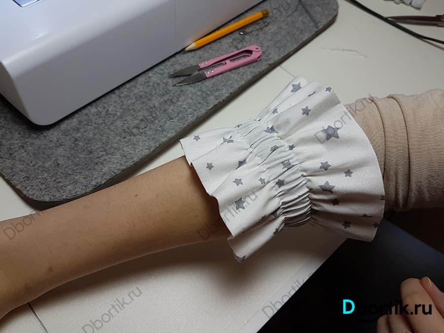 Лента на резинке находится на руке. Демонстрируется готовый вид ленты.