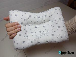 Готовый вид подушки на руку для кормления новорожденного малыша. Лицевая, внешняя сторона.