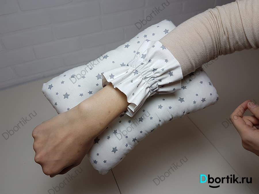 Подушка держится на руке с помощью резинки. Задняя, внутренняя сторона.