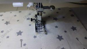 Изображение лапки швейной машины в работе. Ход иглы осуществляет строчку. Пошив прямоугольника по ранее начерченному прямоугольнику.