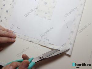На изображении ножницы которые режут ткань с припуском в 1 см от выкройки.