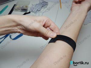 Черная резинка на руке, предплечья пример будущей резинке, как крепление для подушки.