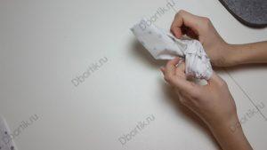 Большие пальцы руки просунутые во внутрь ленты, с помощью перебирательных движений выворачивается на внешнюю сторону.