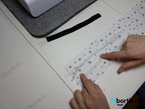 Пальцы руки показывают на середину ленты. По боков от пальцев располагаются 2 бельевых резинки. Сделать строчку на швейной машине по середине и с боков от резинки.