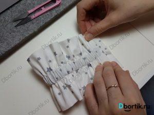 Руки складывают ленту. Лента сложенная пополам с отступом в 1 см.