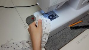 Строчка, сделанная на швейной машине. Закреплена резинка. Пошив с отступом в 0,2 см.