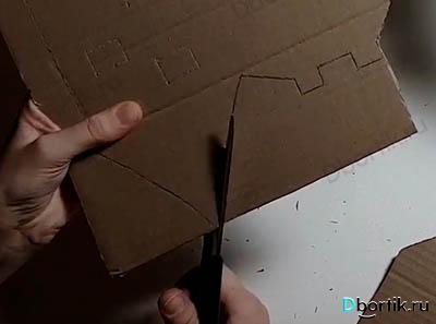 Большие участки картона вырезаются с помощью ножниц