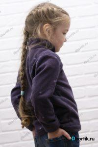 Флисовая кофта на ребенке, вид сбоку.
