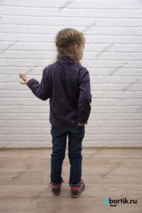 Флисовая кофта на ребенке, вид сзади.