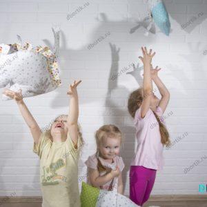 Дети играют, подкидывают бортики подушки в форме зверушек. Единорог Котик