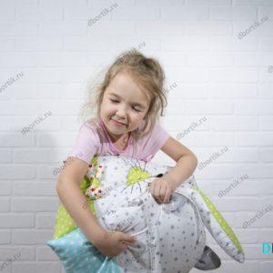 Очень мягкие бортики Зверушки. Девочка обнимает подушки Котик, Единорог.