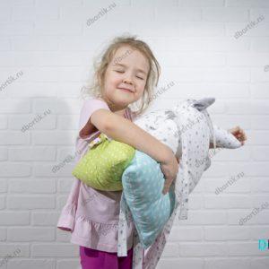 Мягкие, краисвые бортики зверушки. Ребенок обнимает подушки.