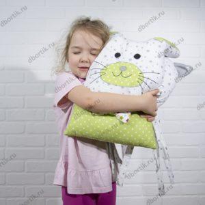 Бортики зверушки Котик, ребенок обнимает подушку.