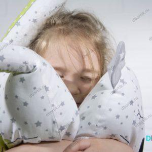 Подушки Зверушки на бортики кроватки. Крупный план, как ребенок обнимает подушки.