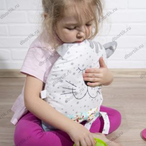 Ребенок играет кормит бортик Зверушку Котика