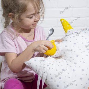 Ребенок играет кормит бортик Зверушку Единорога