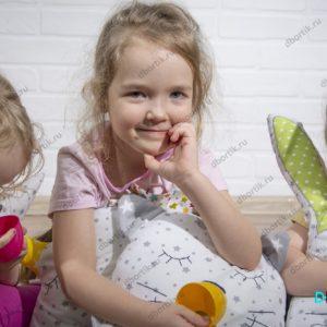 Дети играют в бортики - подушки Зверушек.