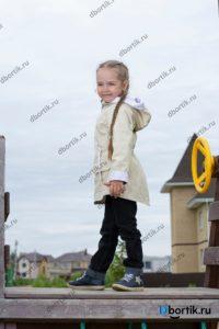 Детская куртка парка, вид сбоку, общий план