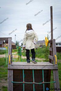 Детская куртка парка, вид сзади, общий план