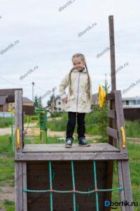 Детская куртка парка, вид спереди, общий план