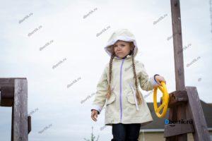 Детская куртка парка, вид спереди, крупный план
