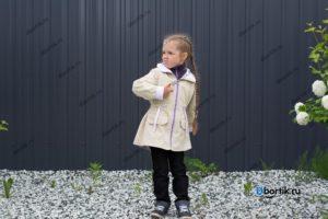 Детская куртка парка, дальний план