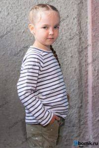 Детская кофта, пуловер. Вид сбоку. Крупный план.