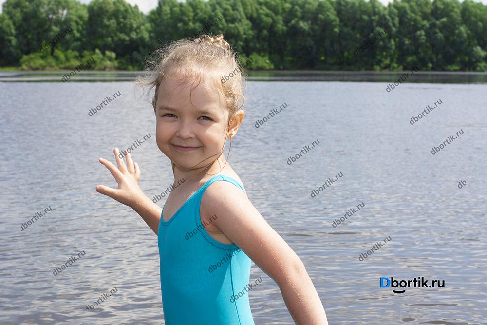 Детский купальник в готовом виде. Купальник сплошной синий на ребенке.