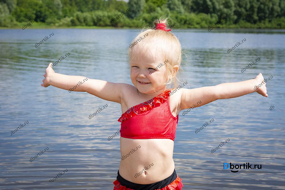 Детский купальник в готовом виде. Купальник раздельный красный на ребенке.