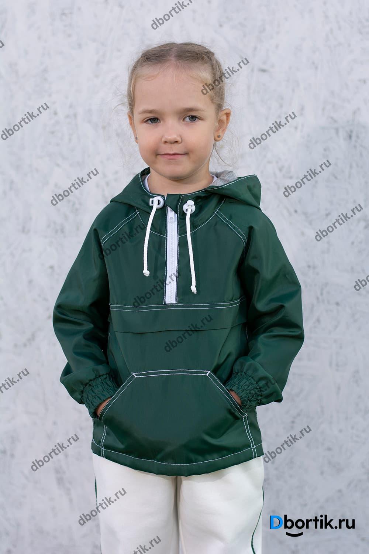 Детская ветровка анорак в готовом виде после пошива. Зеленая ветровка на ребенке.