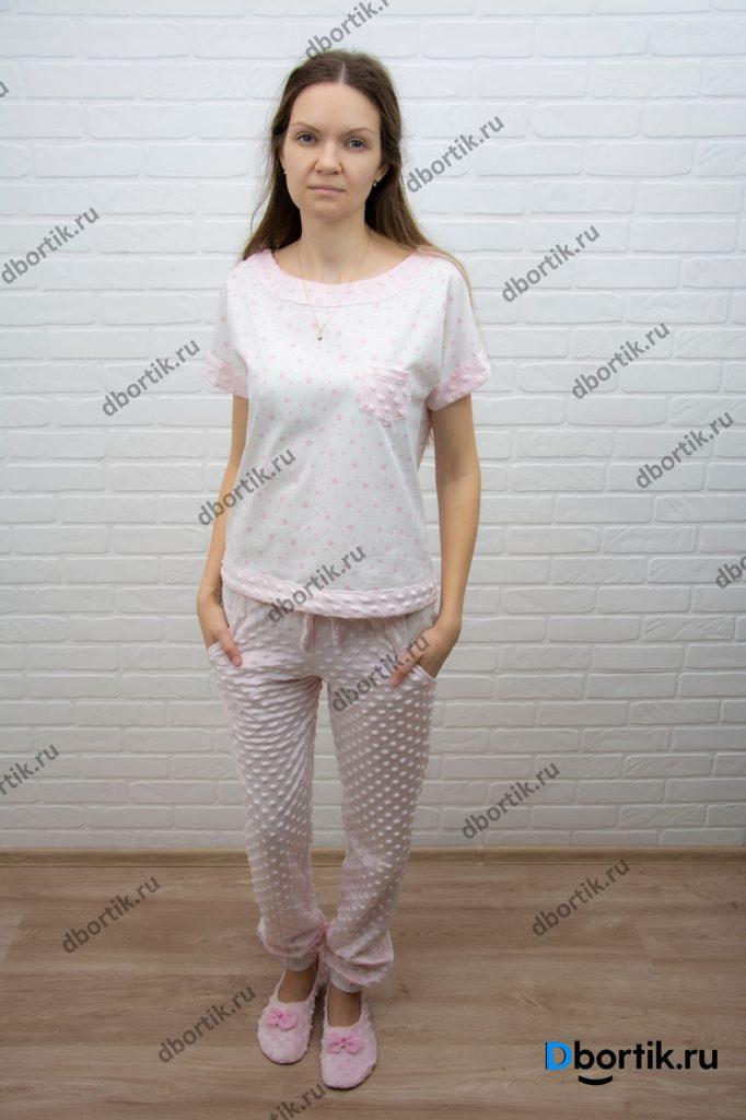 Женская домашняя пижама, общий план. Пижамная футболка, штаны и тапочки. Вид спереди.