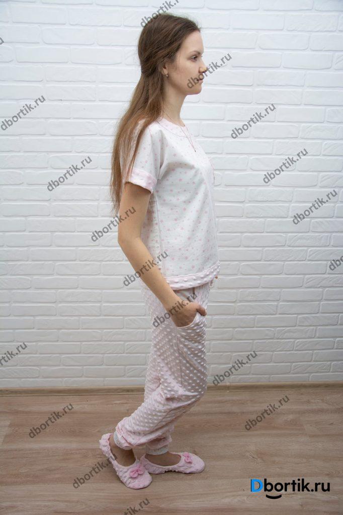 Женская домашняя пижама, общий план. Пижамная футболка, штаны и тапочки. Вид сбоку.