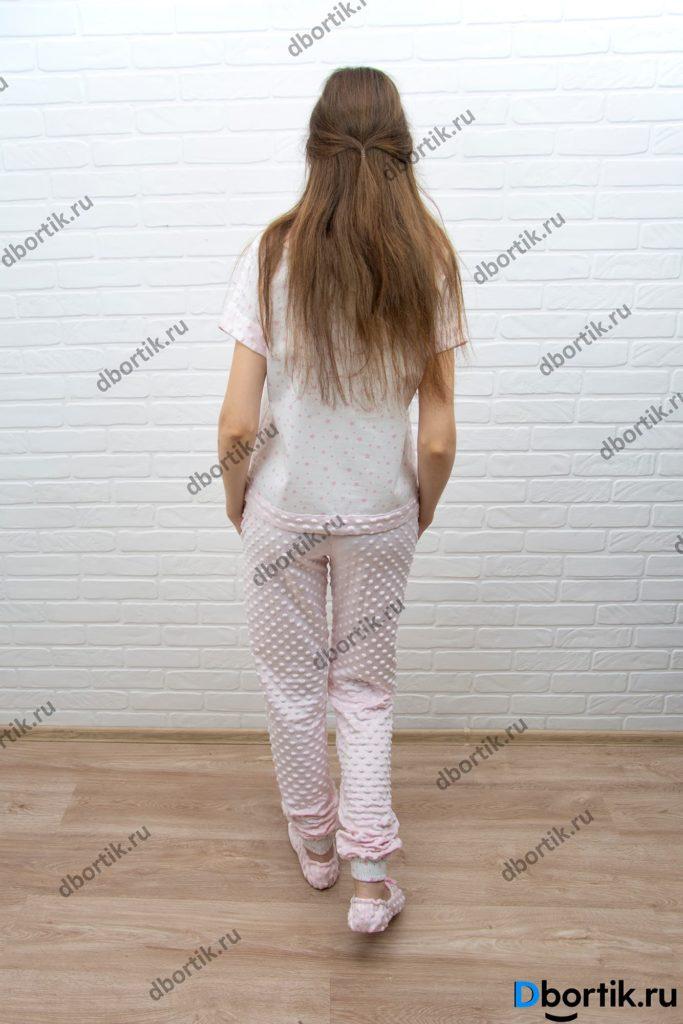 Женская домашняя пижама, общий план. Пижамная футболка, штаны и тапочки. Вид сзади.