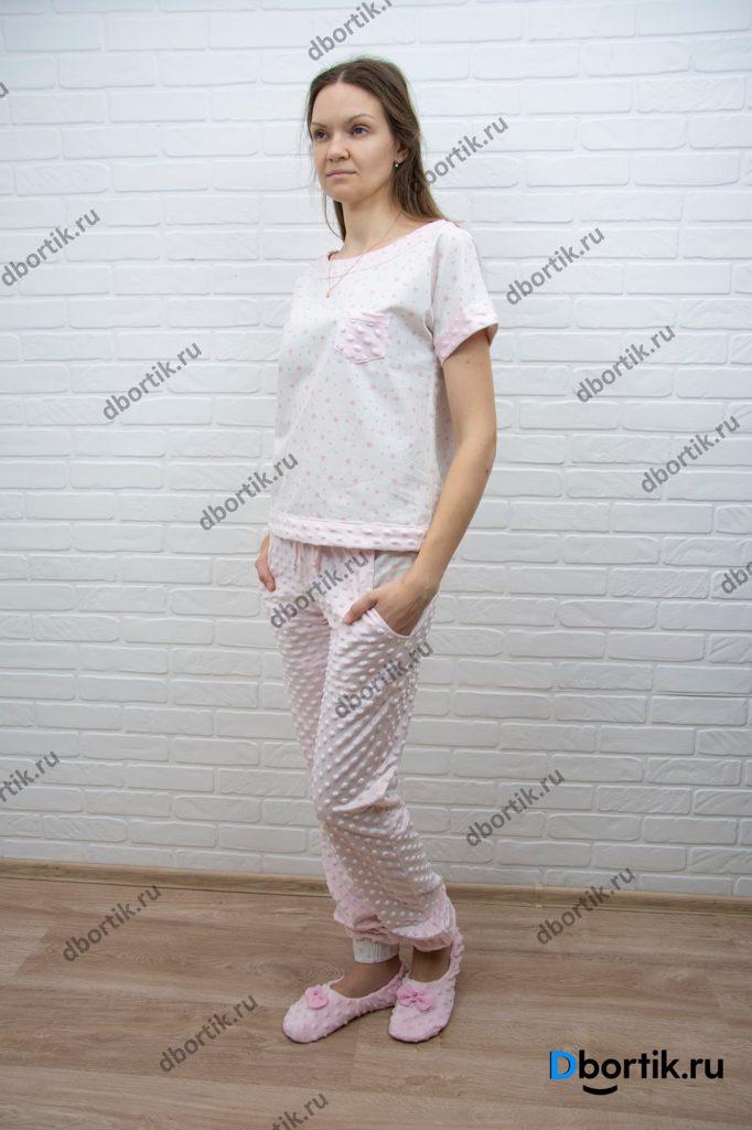 Женская домашняя пижама, общий план. Пижамная футболка, штаны и тапочки. Вид спереди, дальний план.