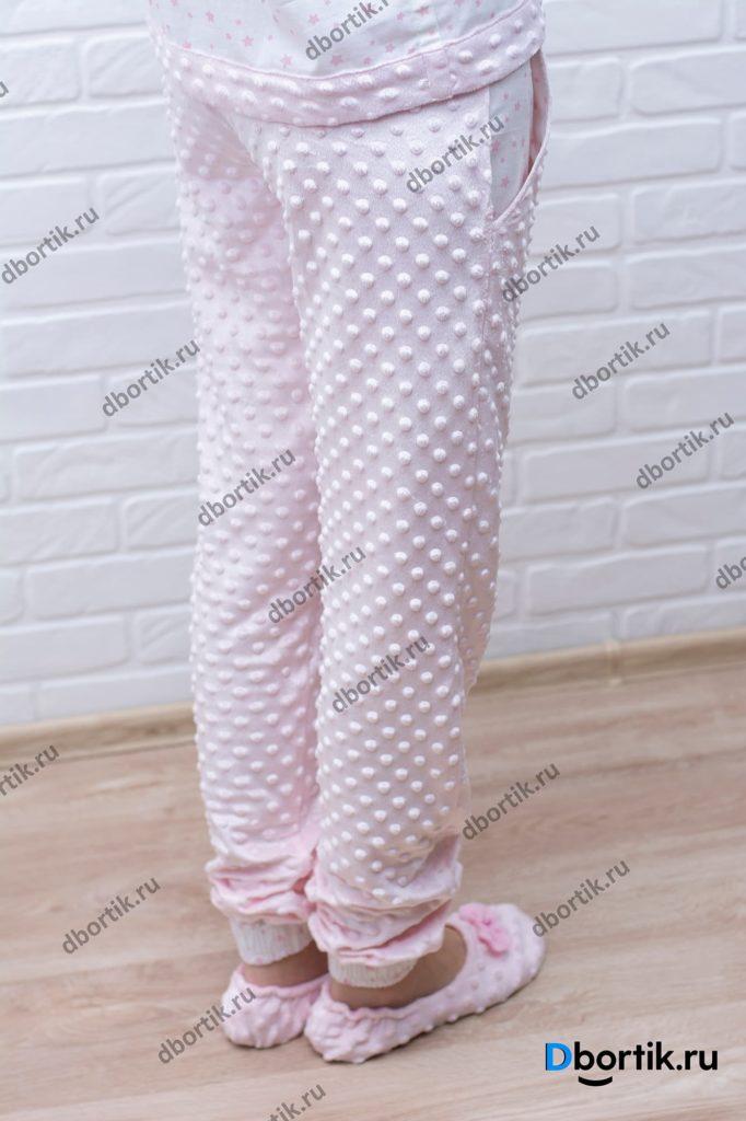 Женские пижамные штаны. Общий план фото. Пижамные тапочки.