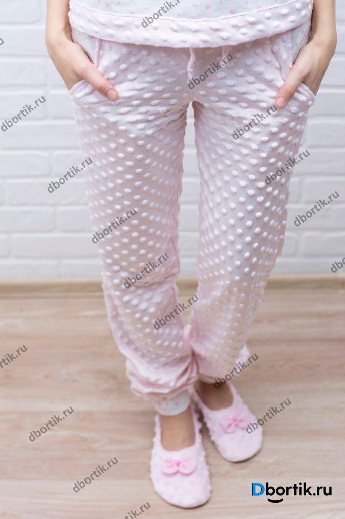 Женские пижамные штаны. Общий план фото. Вид спереди. Пижамные тапочки.