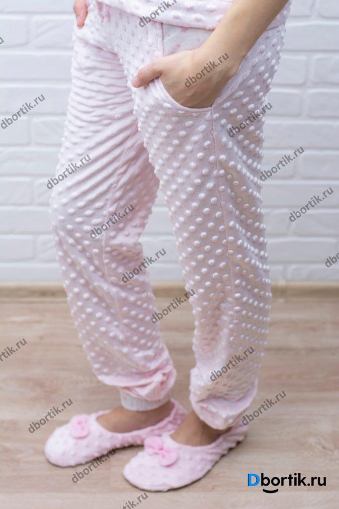 Женские пижамные штаны. Общий план фото. Вид сбоку. Пижамные тапочки.