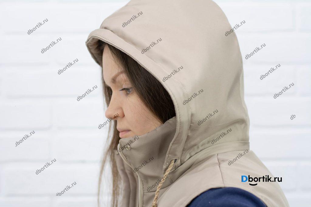 Надетый капюшон женкой жилетки.