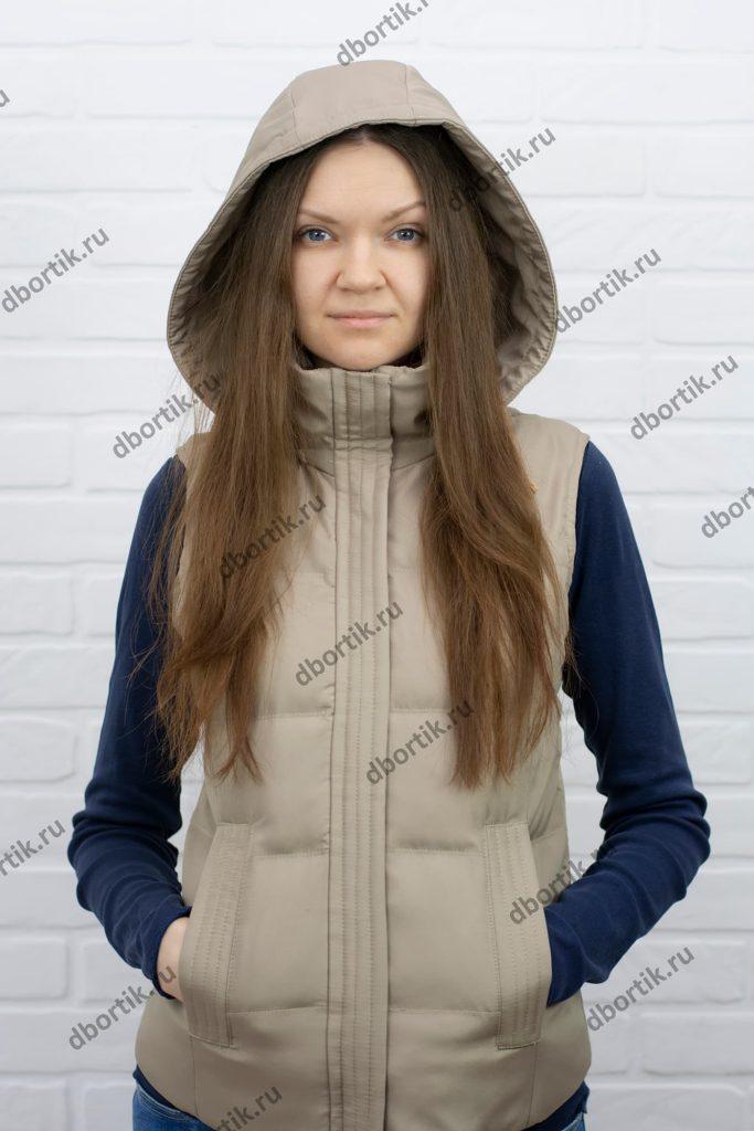 Женская утеплённая жилетка, вид спереди. Капюшон.