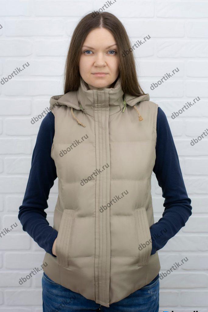 Женская утеплённая жилетка, вид спереди. Капюшон снят.
