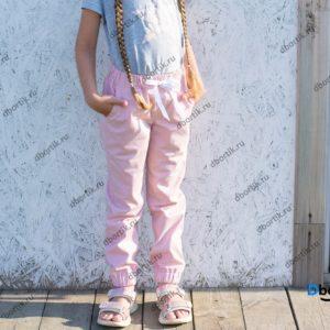 Детские джинсы джоггеры. Вид спереди.