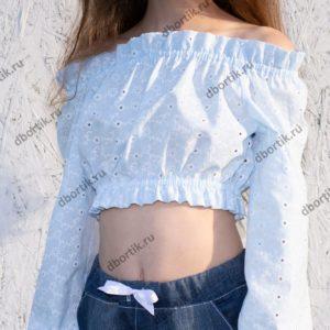 Укороченная кофта на девочку подростка в готовом виде после пошива. Вид спереди.