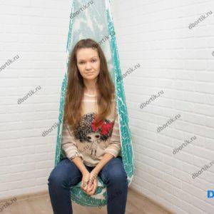 Взрослый человек, девушка сидит в подвесных качелях кокон. Нагрузка до 70 кг при плотности ткани 230 гр/ кв. м.