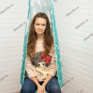 Девушка сидит в качелях. Подвесные качели кокон в готовом виде.