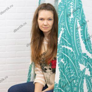 Девушка сидит в качелях кокон. Вид сбоку. Швы крупным планом.
