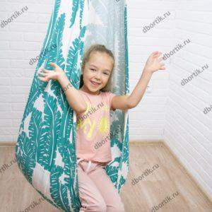 Ребенок играет в подвесных качелях кокон.
