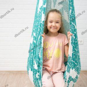 Подвесные качели кокон для ребенка. Крупный план.