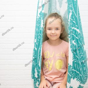 Девочка в подвесных качелях кокон. Крупный план.